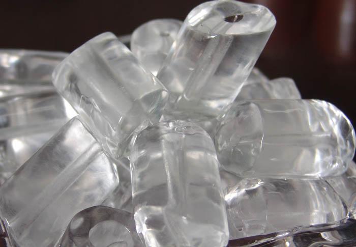 چرا تکه های یخ در آب سردکن یخچال به هم چسبیده شده است؟